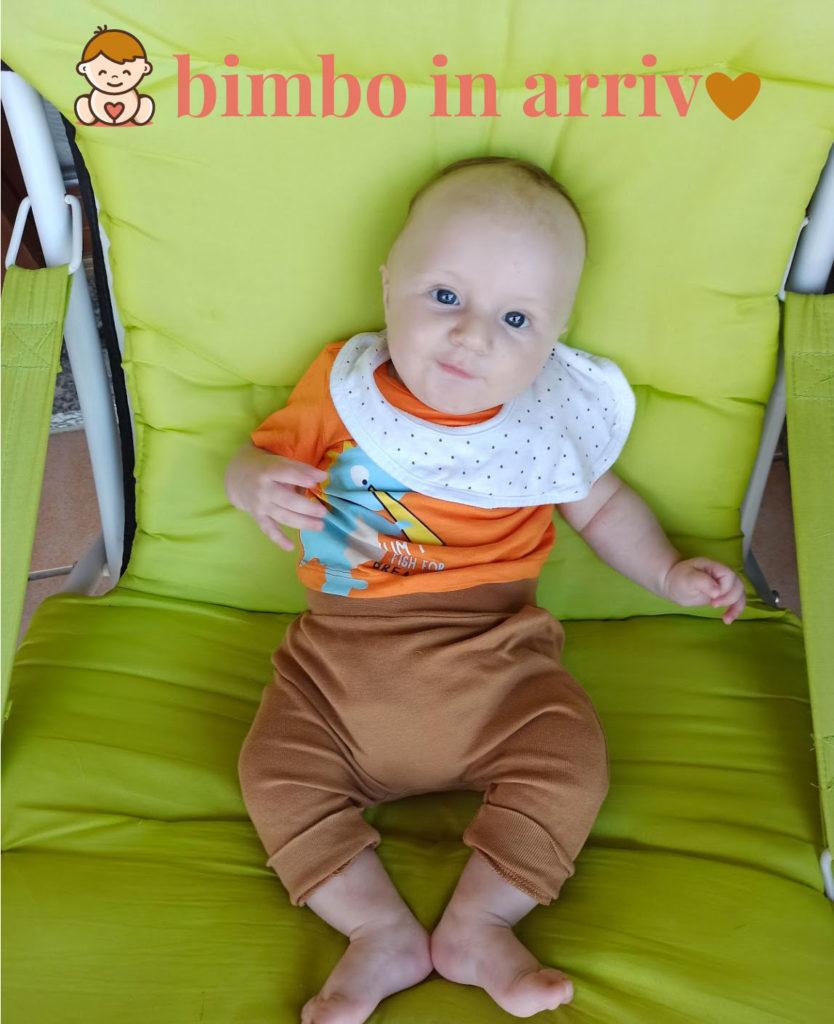 bimbo seduto su una sedia o una sdraio comoda e morbida.
